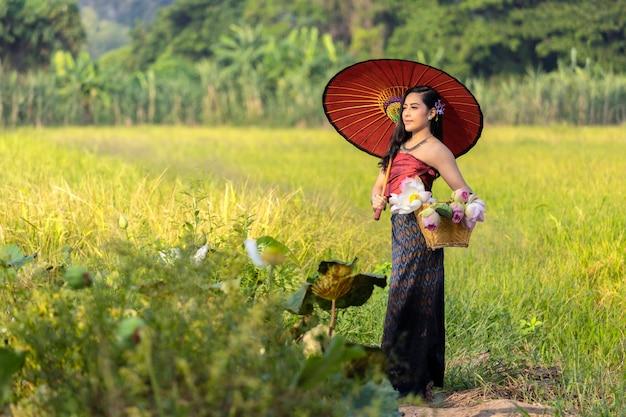 Femmes asiatiques assis agriculteur culture thaïlandaise avec robe traditionnelle de lotus.