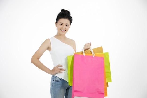 Femmes asiatiques et belle fille tient des sacs et souriant