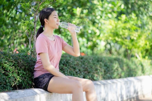 Les femmes asiatiques boivent de l'eau après l'exercice