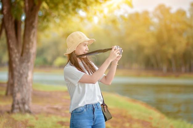 Femmes asiatiques caméra voyage et prendre photo nature