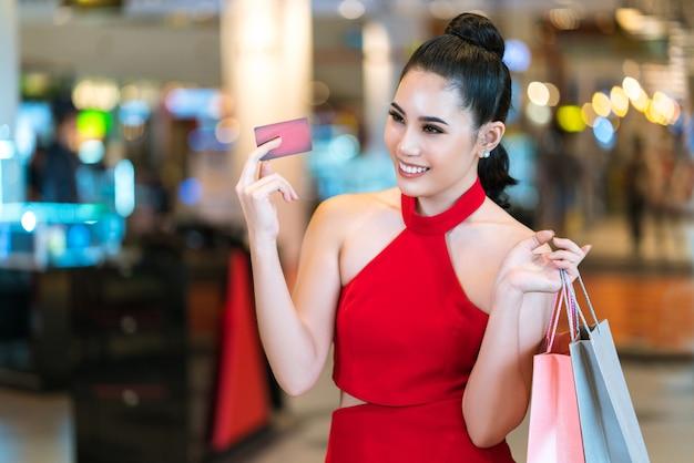 Femmes asiatiques carte de crédit utilisée pour acheter un grand magasin.