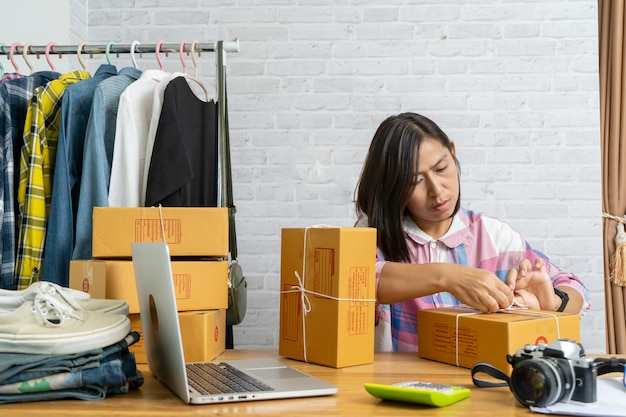Les femmes asiatiques commencent propriétaire de petite entreprise d'emballage boîte en carton