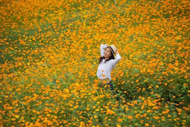 Femmes asiatiques dans la ferme de fleur jaune