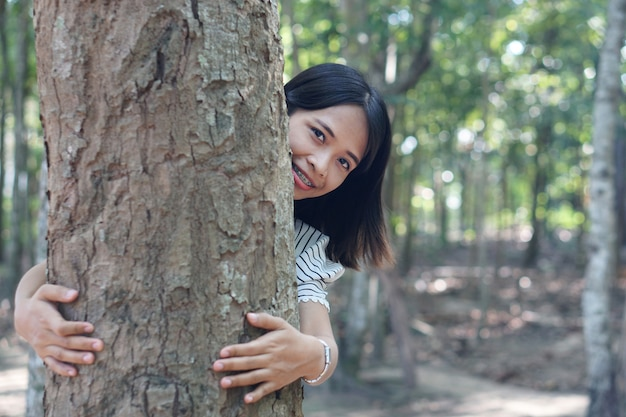 Les femmes asiatiques embrassent les arbres avec amour, concept d'amour pour le monde
