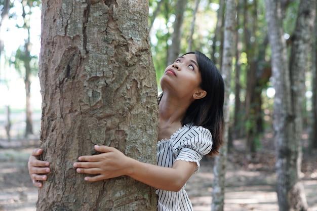 Femmes asiatiques, étreindre les arbres, concept de l'amour pour le monde