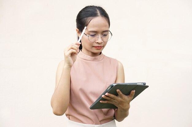 Femmes asiatiques faisant des affaires via une application