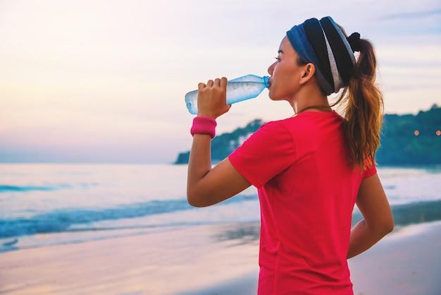 Femmes asiatiques faisant du jogging sur la plage le matin.