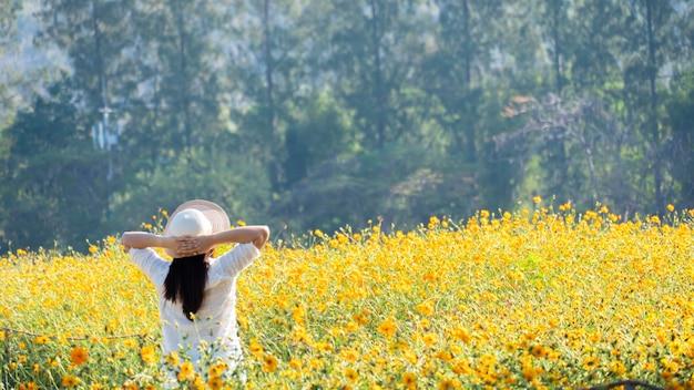 Femmes asiatiques avec des fleurs épanouies dans le jardin. printemps frais et prairie florale d'été.
