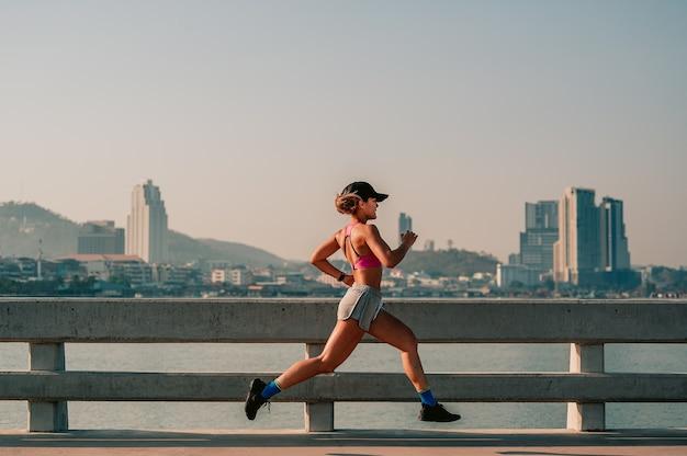 Les femmes asiatiques font du jogging le matincity running healthy life in the capitalcity bridge road