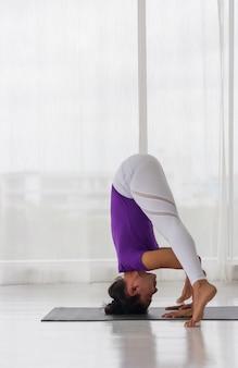 Les femmes asiatiques font du yoga pour une bonne santé et une bonne forme.