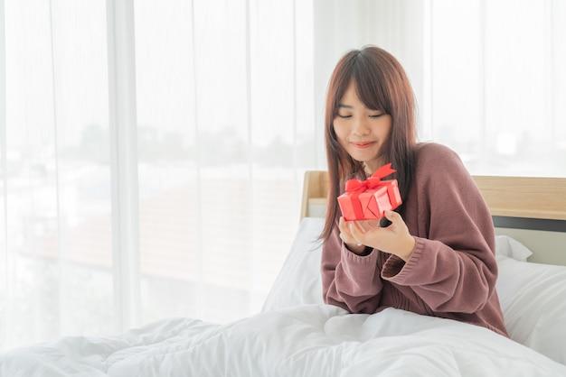 Femmes asiatiques heureuses de recevoir un coffret cadeau