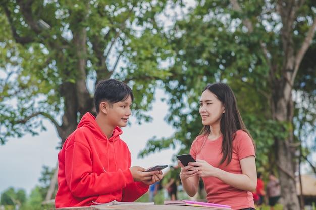 Les femmes asiatiques avec lady boy lgbt utilisent la technologie en ligne de la classe d'étude d'apprentissage de recherche de smartphone mobile, concept d'éducation de retour à l'école