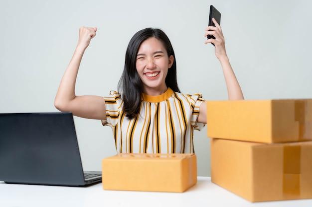 Les femmes asiatiques lancent une nouvelle entreprise sur le marché en ligne. femmes asiatiques vérifiant les produits, se préparant à livrer les produits aux clients. concept pme