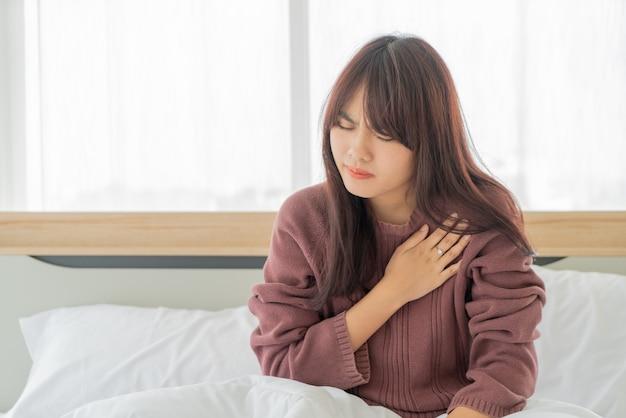 Femmes asiatiques maladies cardiaques sur lit