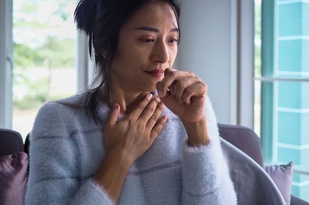 Les femmes asiatiques ont l'angine de poitrine, une forte fièvre et une toux chronique.