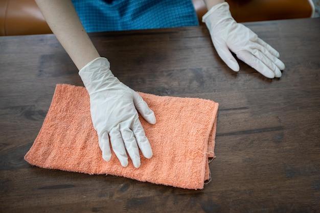 Femmes asiatiques portant des gants et une table de nettoyage à la maison