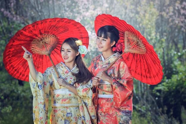 Femmes asiatiques portant un kimono japonais traditionnel
