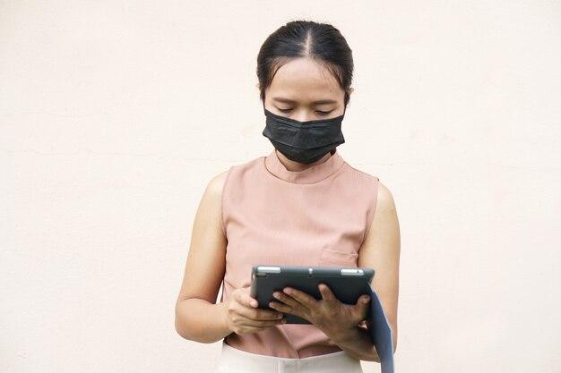 Des femmes asiatiques portant des masques pour empêcher le coronavirus covid 19 de contacter une entreprise via une application