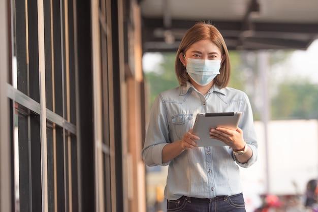 Les femmes asiatiques portent un masque médical pour protéger le coronavirus covid 19