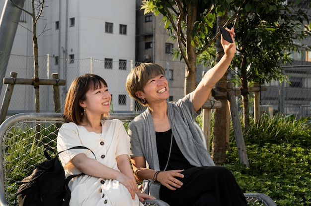 Femmes asiatiques prenant un selfie ensemble