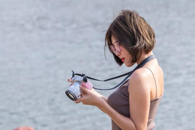Femmes asiatiques à la recherche de photo à huis clos