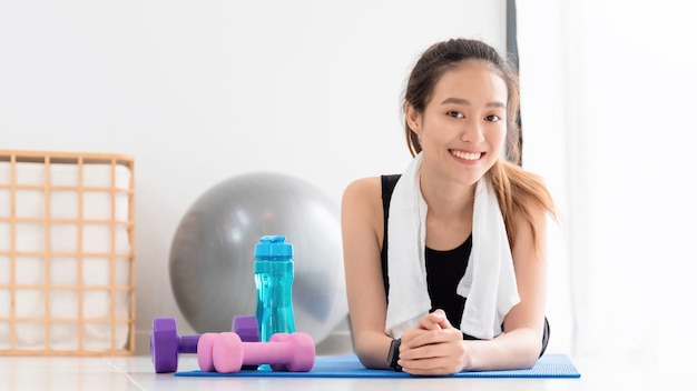 Les femmes asiatiques se reposent après avoir joué au yoga et font de l'exercice à la maison avec un espace de copie. faites de l'exercice pour une bonne santé, augmentez la flexibilité et resserrez la forme.