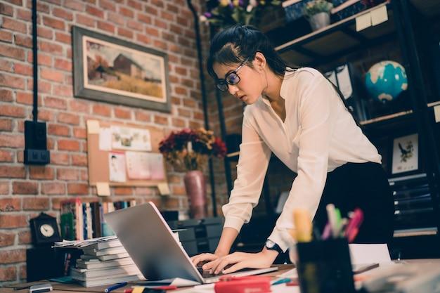 Les femmes asiatiques sont stressées par le travail. elle est au bureau