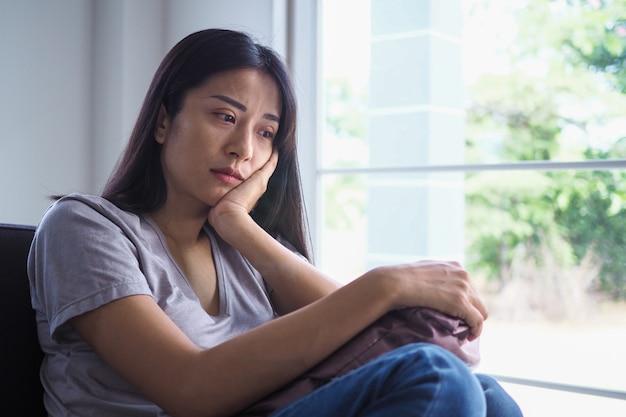 Femmes asiatiques souffrant de maladie mentale, d'anxiété, d'hallucinations, de chutes mentales