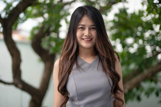 Les femmes asiatiques sourient joyeusement