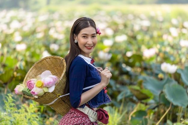 Femmes asiatiques thaïlande cuture avec robe traditionnelle de lotus.