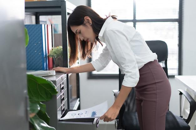 Femmes asiatiques en train de regarder des documents au bureau
