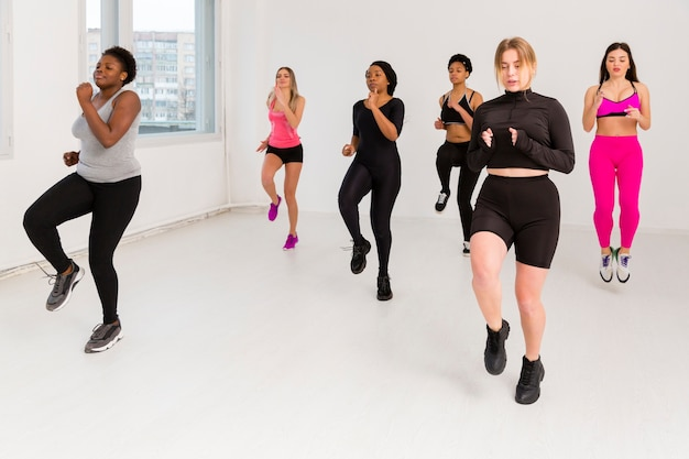 Femmes au cours de conditionnement physique