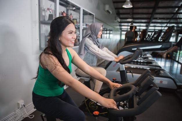 Femmes au gymnase faisant des exercices de cardio