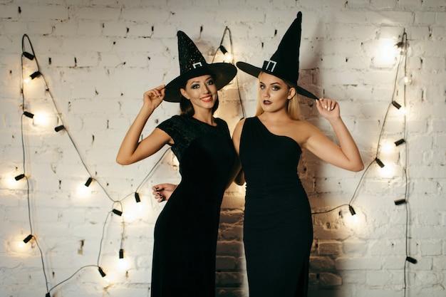 Femmes aux chapeaux au mur de briques