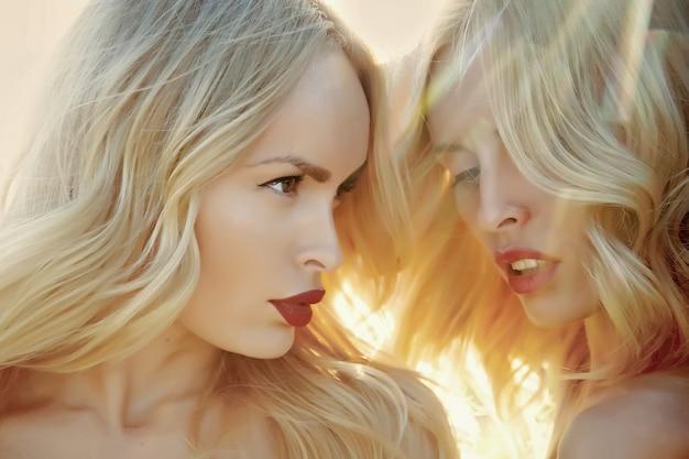 Femmes aux lèvres rouges sexy et cheveux blonds