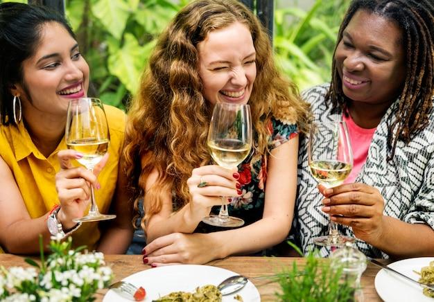 Femmes ayant du vin ensemble
