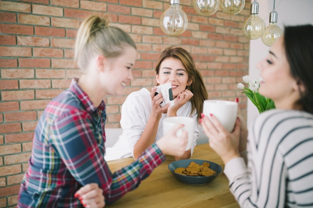 Femmes ayant l'heure du thé et bavardant