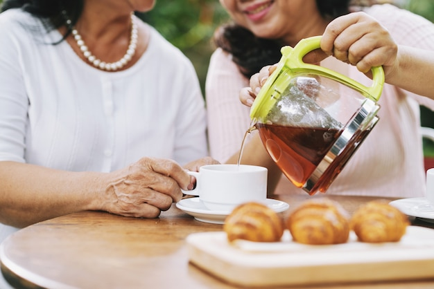 Femmes ayant une pause thé