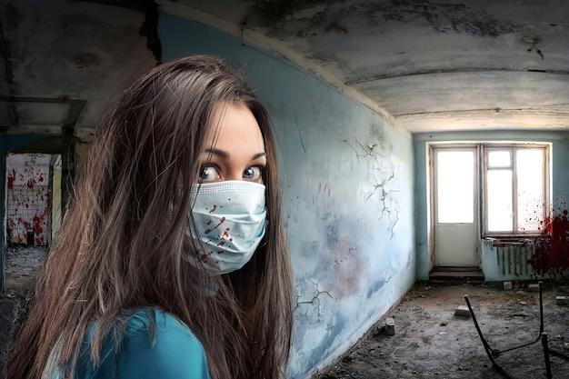 Femmes de bandage de gaze dans une pièce obsolète