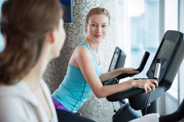 Les femmes sur la bande elliptique
