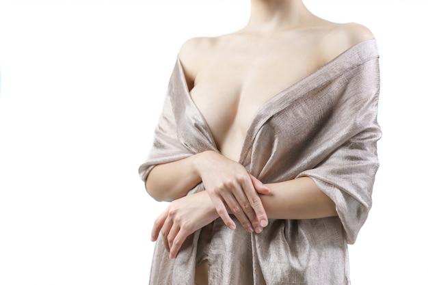 Femmes avec de beaux seins recouverts de tissu. concept de chirurgie implantaire mammaire.