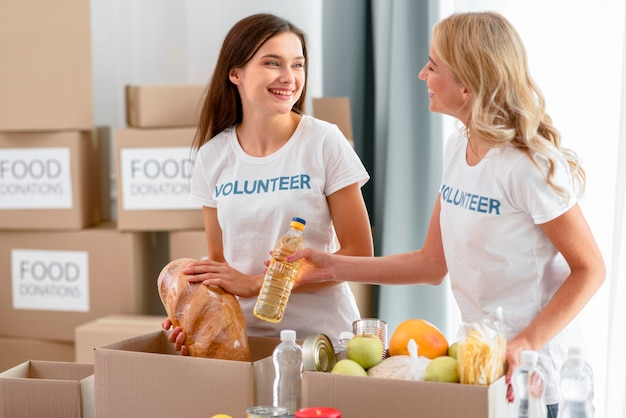 Des femmes bénévoles préparent des vivres pour les dons