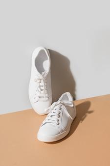 Femmes blanches nouvelles gumshoes sur fond gris et beige