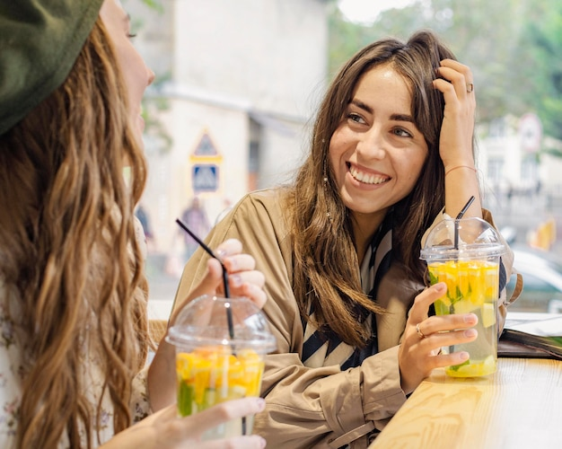 Femmes avec des boissons fraîches au café