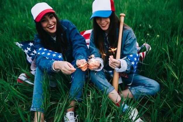 Des femmes en bonnets colorés célébrant le 4 juillet