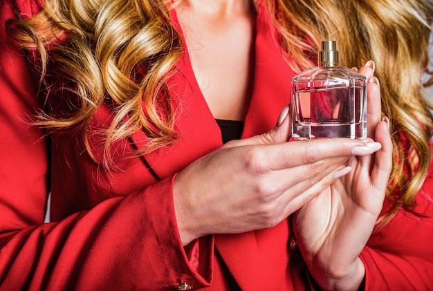 Les femmes avec une bouteille de parfum. belle fille à l'aide de parfum. femme avec une bouteille de parfum. flacon de parfum femme arôme de pulvérisation. femme tenant une bouteille de parfums. femme présente des parfums parfumés.