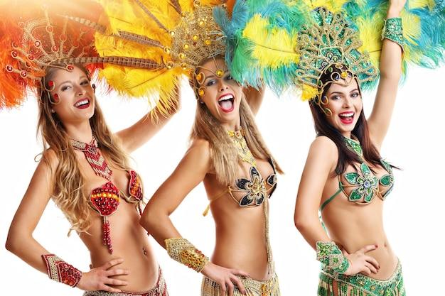 Femmes brésiliennes dansant la musique de samba à la fête de carnaval