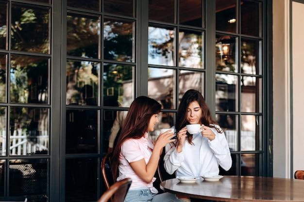 Femmes buvant du café au café