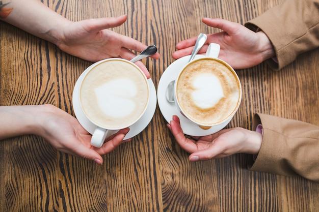Femmes buvant du café