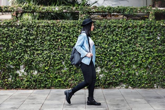 Femmes casual jeans hat girl liberté simplicité concept